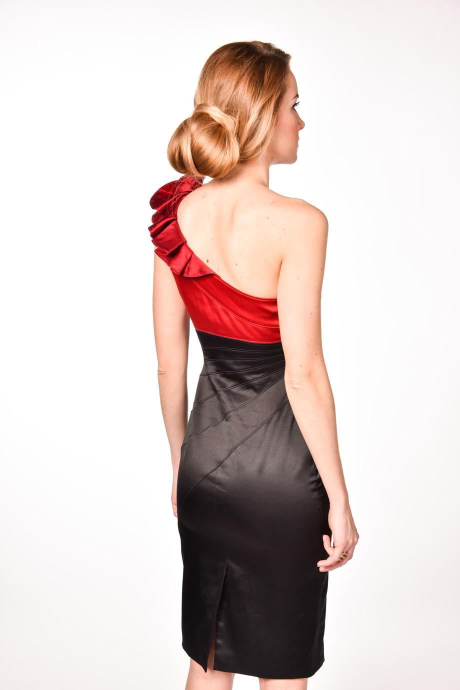 79377ffb90f0 obrázok 2 Karen Millen čierne šaty s kvetom na jedno rameno