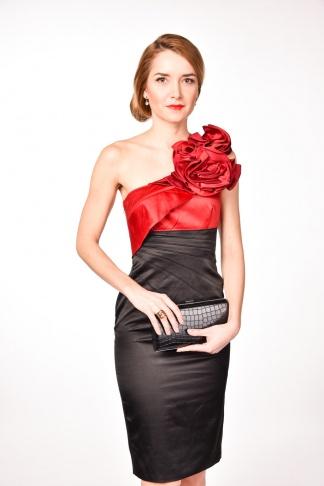 obrázok 1 Karen Millen čierne šaty s kvetom na jedno rameno