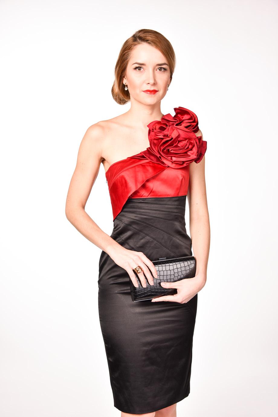 bba2ab49810d obrázok 1 Karen Millen čierne šaty s kvetom na jedno rameno