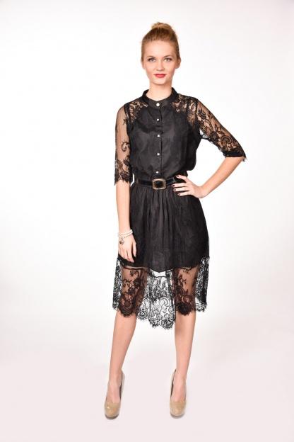 obrázok 4 Čierne čipkované šaty s opaskom