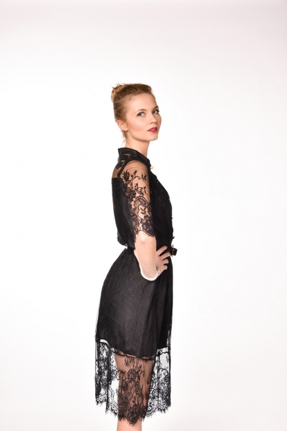 obrázok 3 Čierne čipkované šaty s opaskom