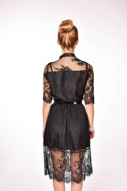 obrázok 2 Čierne čipkované šaty s opaskom