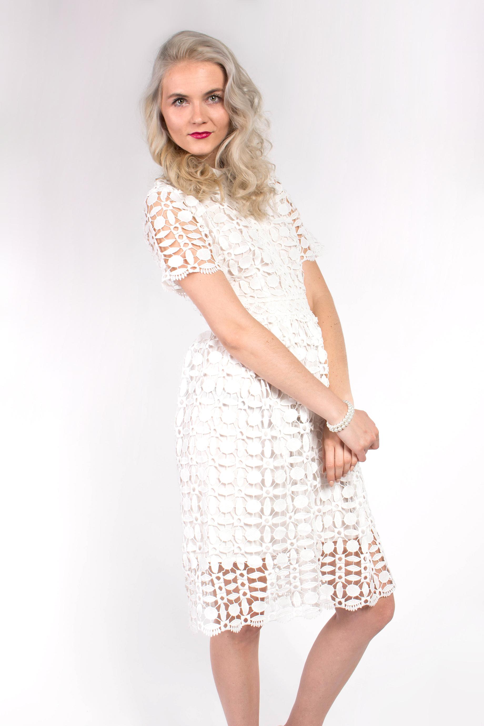02b3a1fd4548 obrázok 2 Chicwish biele čipkované šaty