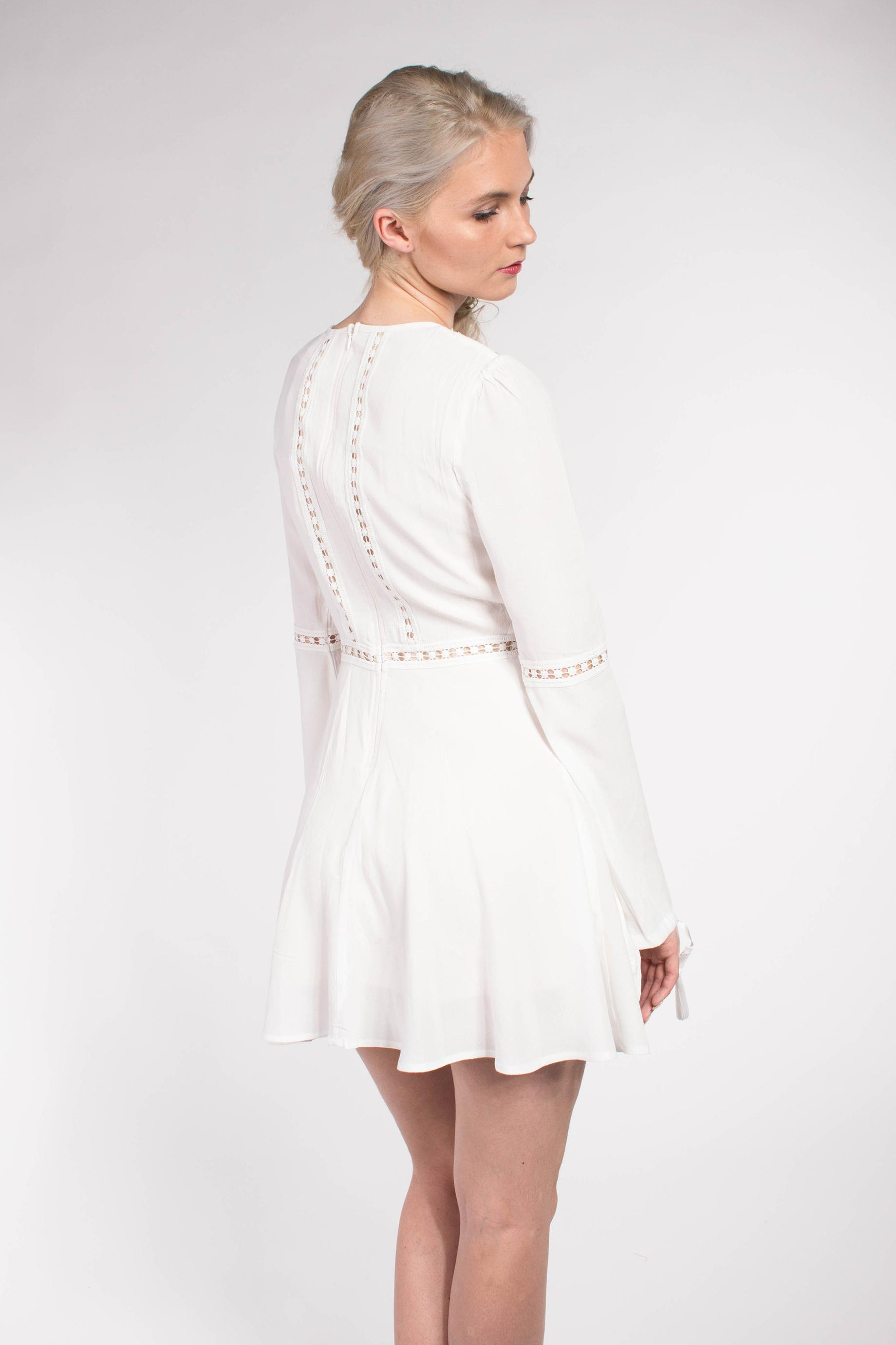 obrázok 4 Chicwish biele letné mini šaty so zvonovými rukávmi 0a9eb59a192