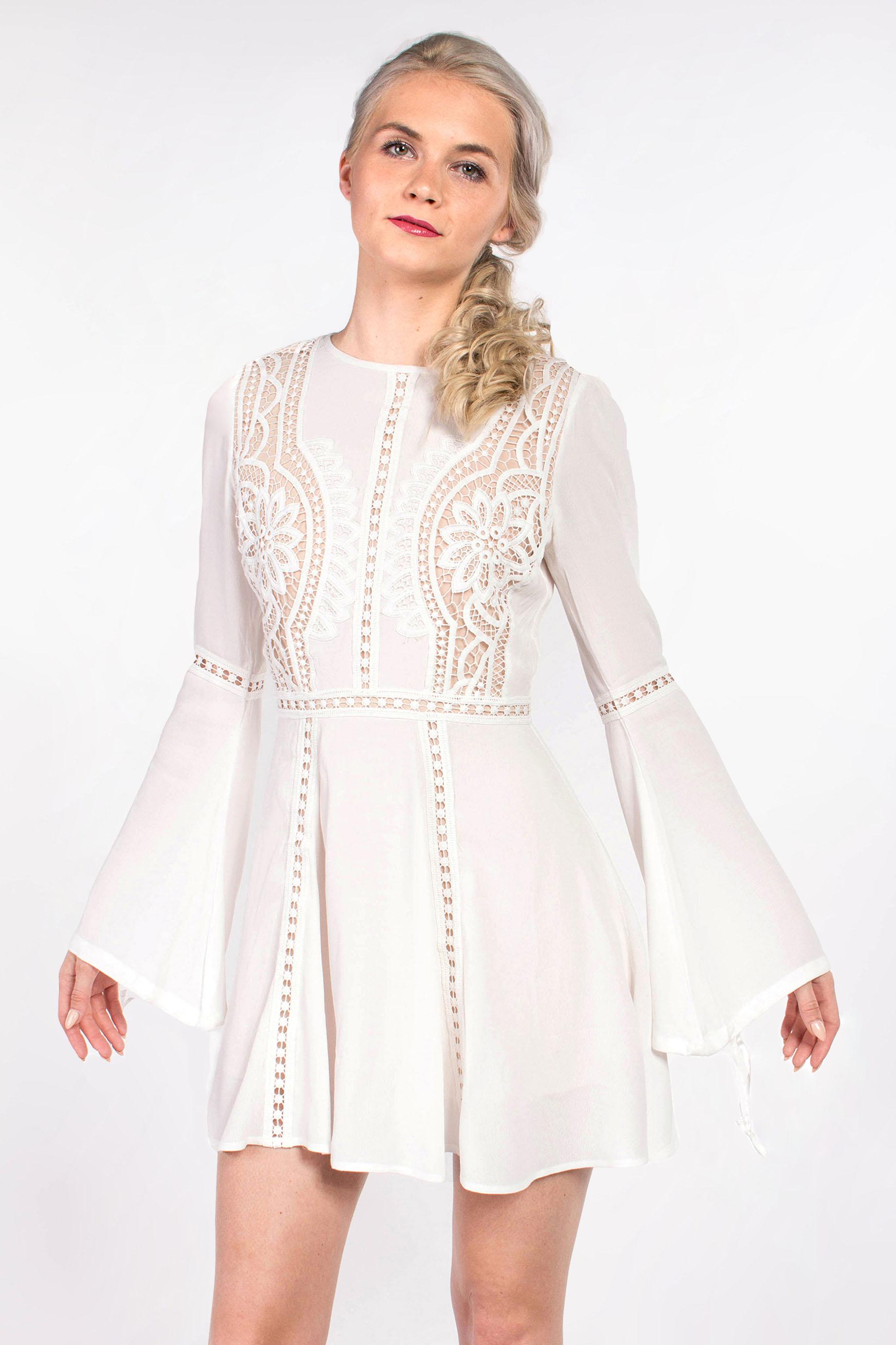 obrázok 1 Chicwish biele letné mini šaty so zvonovými rukávmi f21f69a33e8