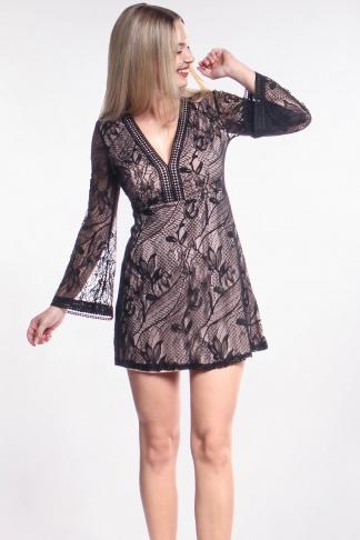Obrázok 1 Čierne čipkované šaty so zvonovými rukávmi