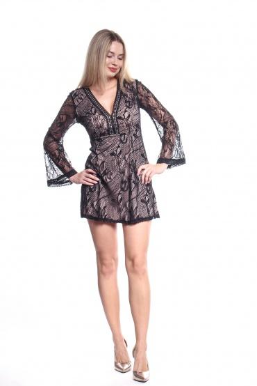 Obrázok 2 Čierne čipkované šaty so zvonovými rukávmi