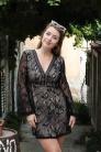 Obrázok 7 Čierne čipkované šaty so zvonovými rukávmi