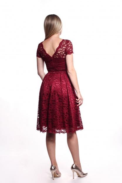 Obrázok 2 Bordové čipkované šaty