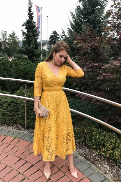 Obrázok 7 Žlté čipkované midi šaty