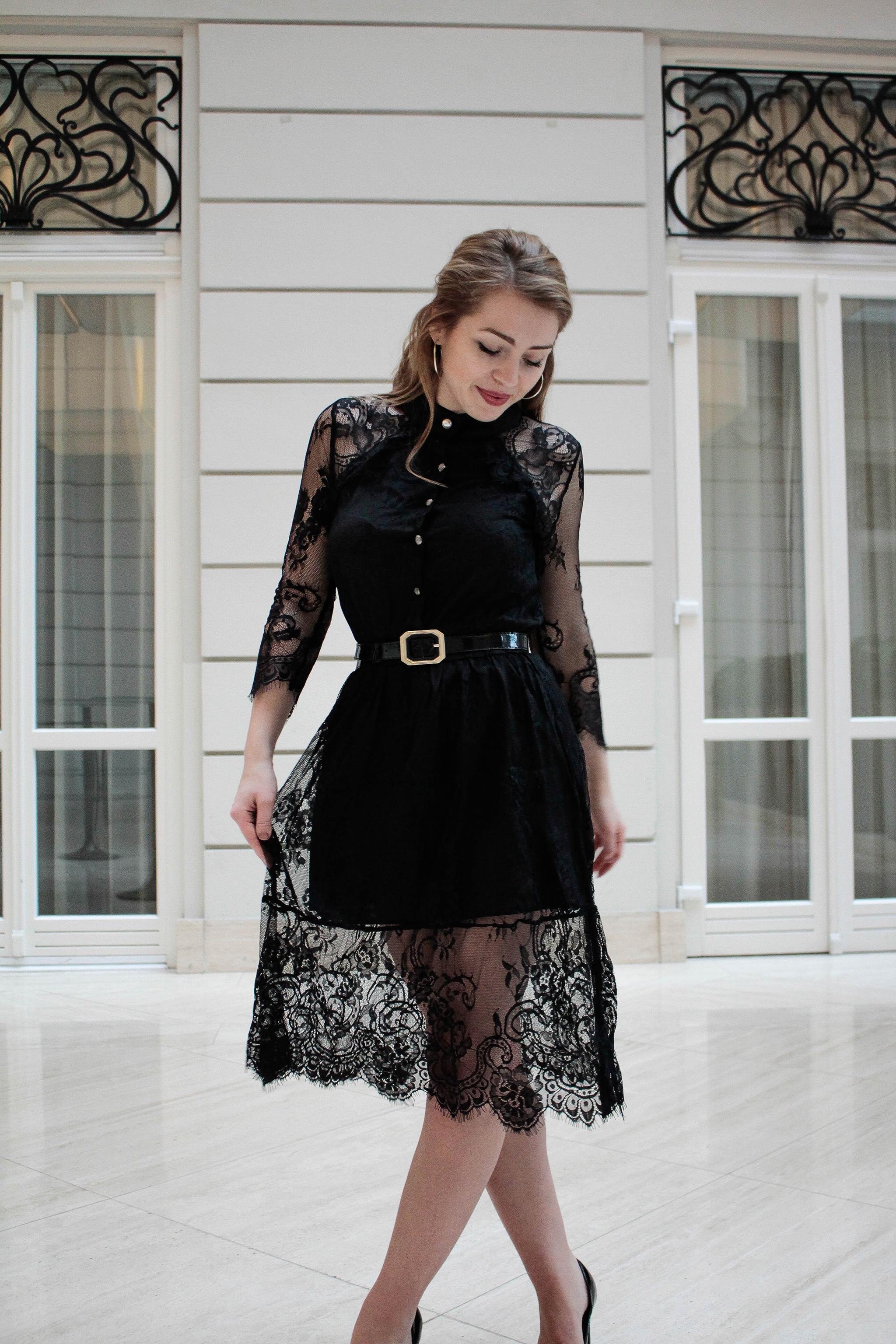 311dcce5022b Čierne čipkované šaty s opaskom - Shaty